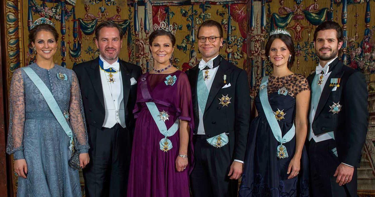 Därför bär bara några familjemedlemmar kungens porträtt på bröstet