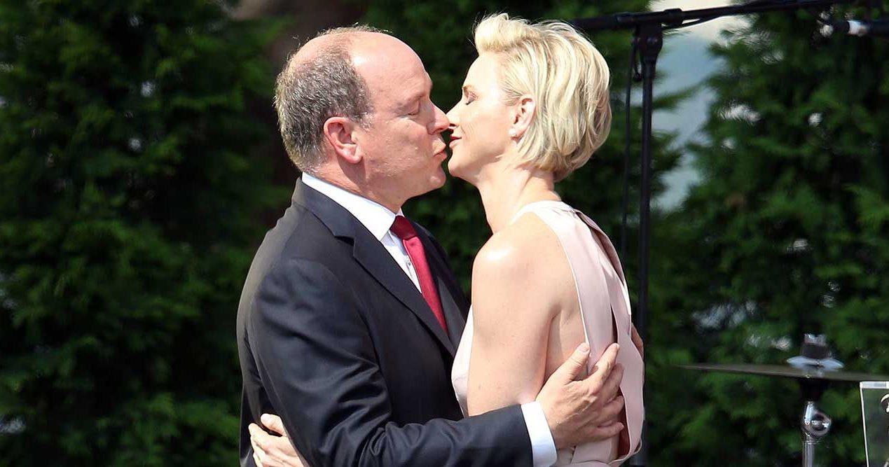 Furst Albert och Charlene pussas