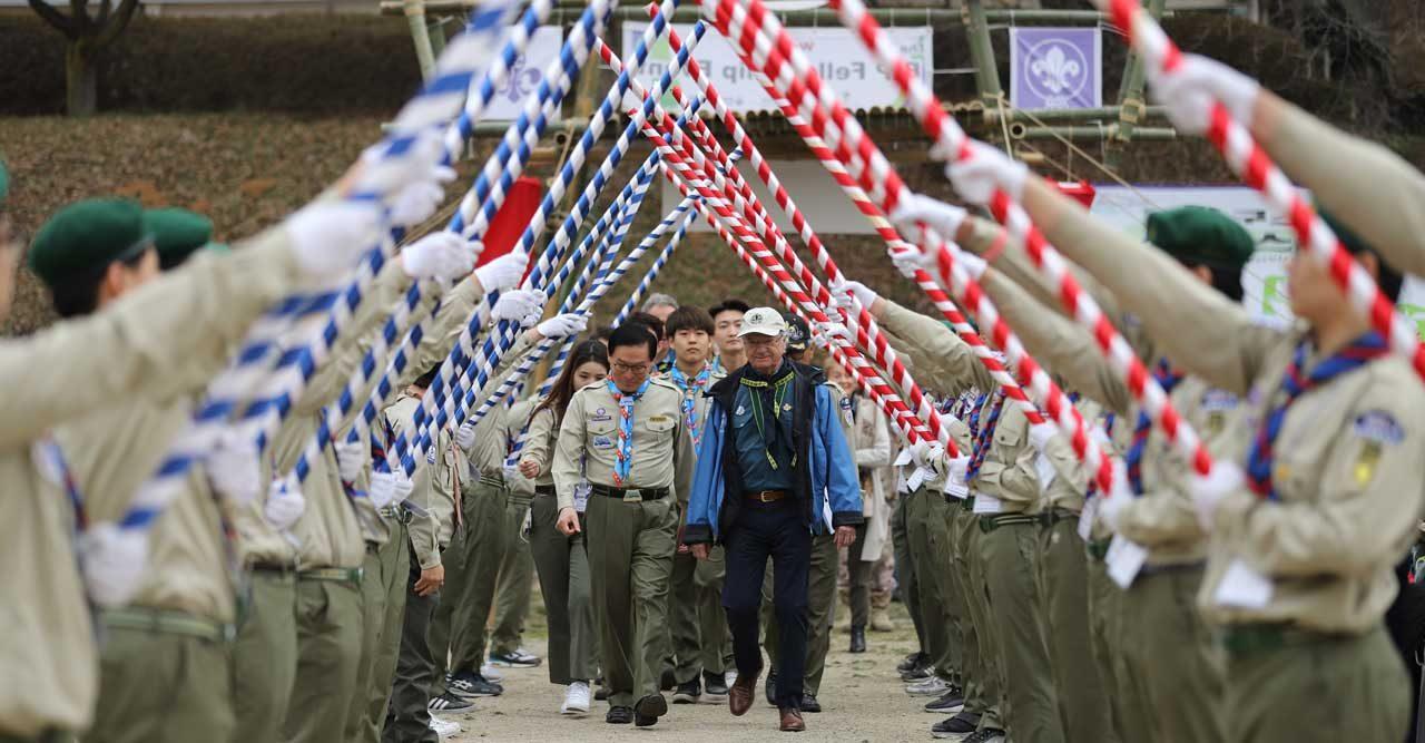 Alltid redo! Kungen på scoutmöte i Sydkorea