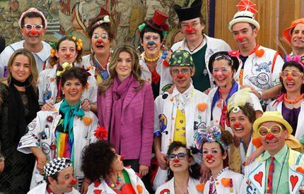 Kronprinsessan Letizia gladde föräldrar till sjuka barn