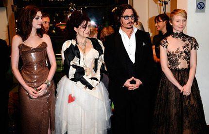 Varierande klädstilar mötte prins Charles på biopremiär