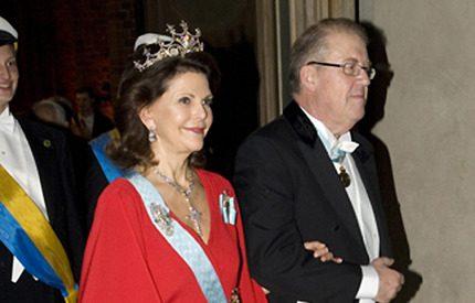Röd tråd i drottning Silvias val av eldröd klänning