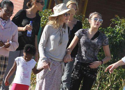 Webb-tv: Madonna hjälper afrikanska skolflickor