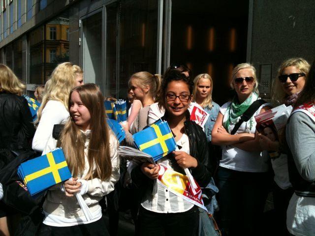 Svensk Damtidnings flaggor viftar på stan