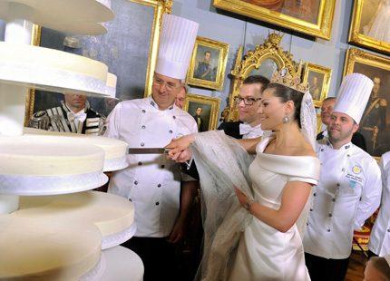 Bröllopstårtan skärs upp!