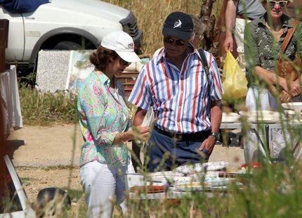 Kungen och Silvia letar loppisfynd på semestern