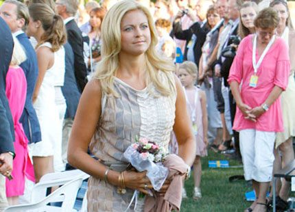 Bakom Kulisserna vet vem som designat Madeleines klänning...
