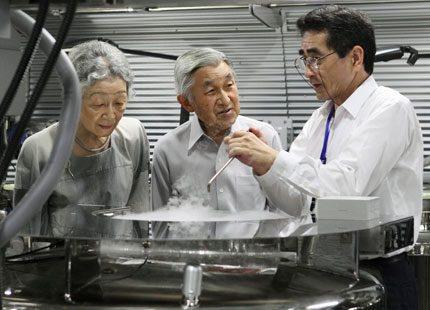 Kejsar Akihito följer miljöforskningen
