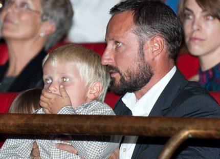 Kronprins Haakon tog med sig barnen på nygammal filmpremiär