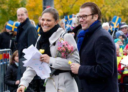 Kanonvarmt välkomnande för kronprinsessan Victoria och prins Daniel