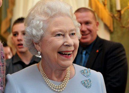 Nu Facebookar även drottning Elizabeth...