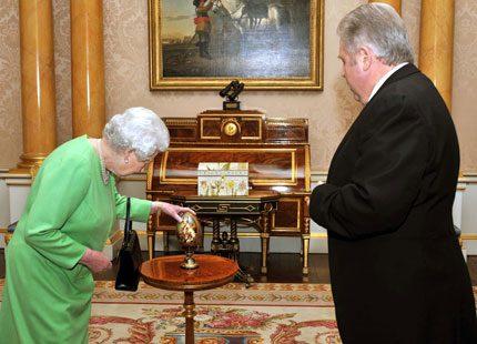 Drottning Elizabeth fick ett dyrbart ägg i present