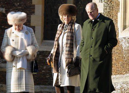 Brittiska kungafamiljen pälsar på sig