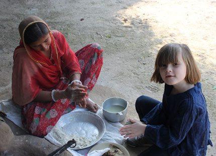 Prinsessan Ingrid Alexandra bakar bröd i Indien