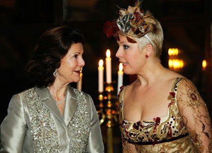 En glad drottning Silvia hade heldag med presidentfrun