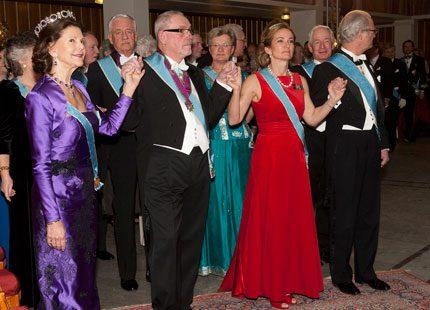Drottning Silvia dansar och ler...