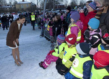 Barnen samlades för att se Victoria dela ut pris