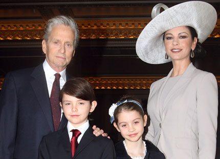 Catherine Zeta-Jones fick medalj av prins Charles