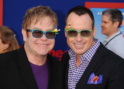 Elton John ser fram emot att gå på kungligt bröllop