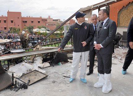 Kung Mohammed besöker platsen för bombdådet i Marrakech