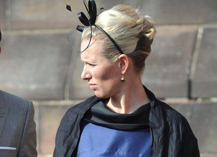 Zara Phillips visar stolt upp sin förlovningsring