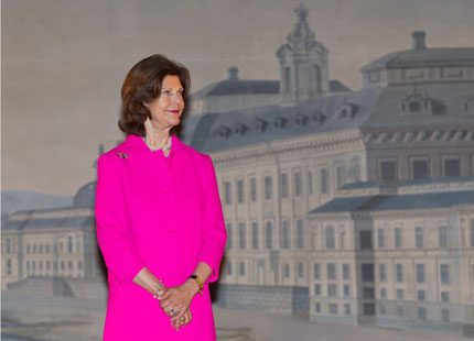 Drottning Silvia i magnifik dräkt på slottsteatern