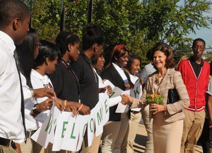 Drottning Silvia möttes av glada elever på skola i Washington