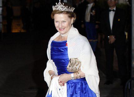 Drottning Sonja på väg in till galamiddagen - se filmen här
