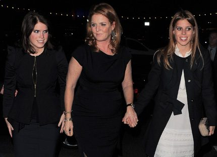 Beatrice och Eugenie ute igen med mamma Fergie