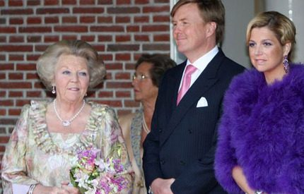 Máxima i lila päls på invigningsfest
