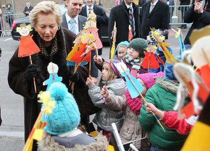 Drottning Paola - omringad av barn