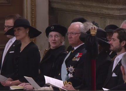 Begravningsgästerna på plats i kyrkan