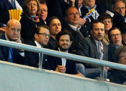 Carl Philip och Daniel på fotboll med pappa och statsministern