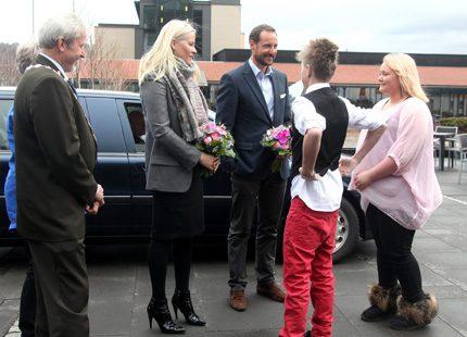 Haakon och Mette-Marit besökte ungdomar i Sundvolden