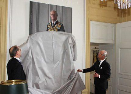 Nytt porträtt avtäcktes - födelsedagsgåva till kungen