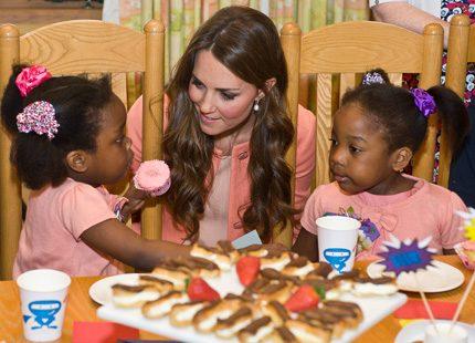 Kate ute bland barn på sin bröllopsdag