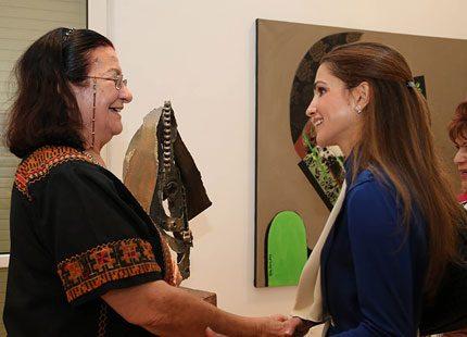 Drottning Rania på konstutställning
