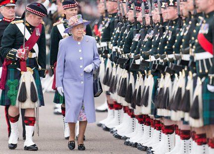 Drottning Elizabeth på besök hos militären