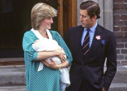 Så såg det ut när Charles och Diana kom ut från sjukhuset
