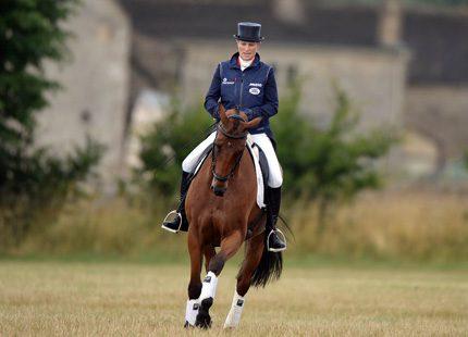 Zara tillbaka på hästryggen