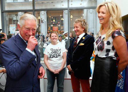 Prins Charles i ett kul möte med Rod Stewart