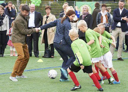 Mary och Frederik spelade fotboll