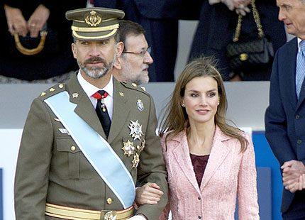 Nationaldag i Spanien och kronprinsparet tittade på militärparaden