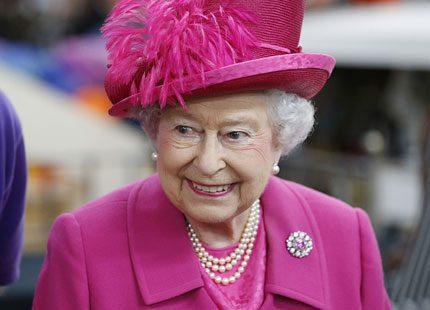 Fjäder i hatten på drottningen