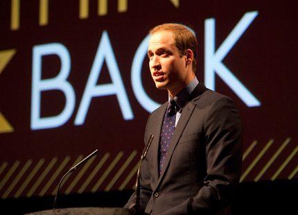 Prins William sätter sig åter på skolbänken