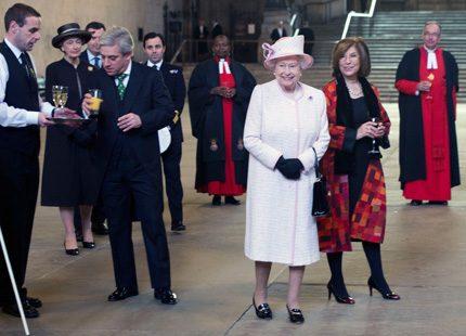 Drottning Elizabeth invigde nytt fönster