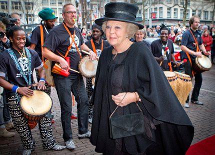 Prinsessan Beatrix på minnesstund för Mandela i Amsterdam
