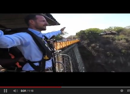 Se Haakons bungyjump-hopp i Afrika