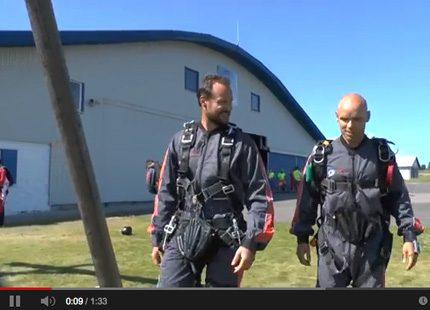 Kronprins Haakon hoppar fallskärm