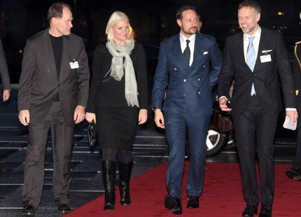 Haakon och Mette-Marit kom till operan i Oslo